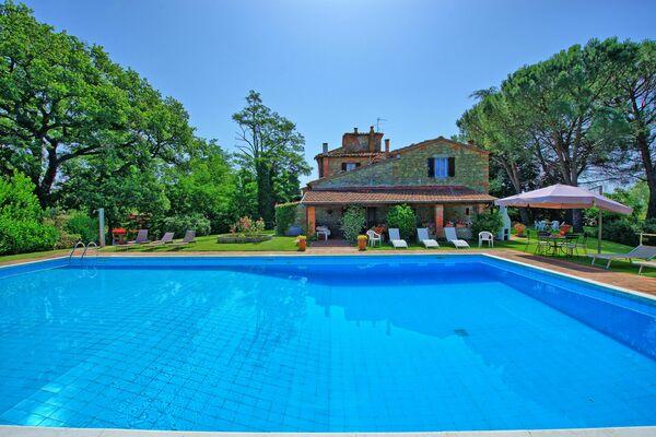 Villa Silvia, sleeps 12, 6 bedrooms, private pool, walk to town