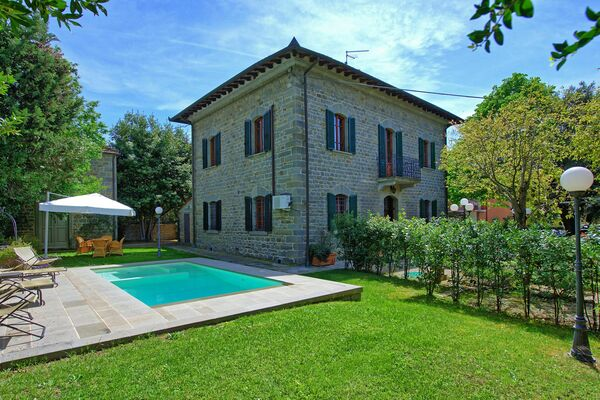 Villa Camucia private pool walk to town sleep 9