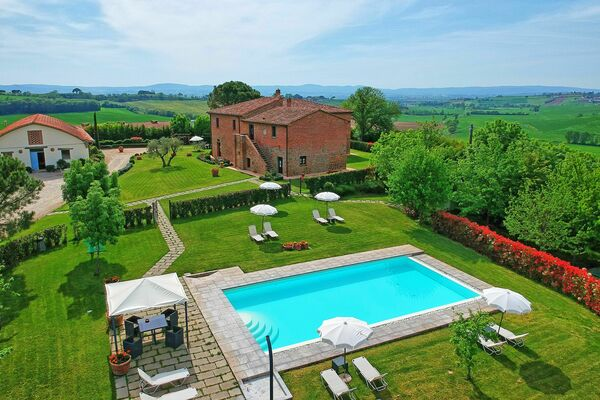 Podere Romina, sleeps 35, ideal for large groups, tuscany
