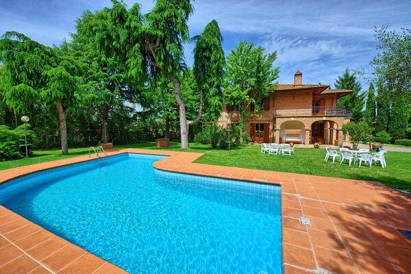 Villa Lauretana, sleep 12, private pool, walk to town