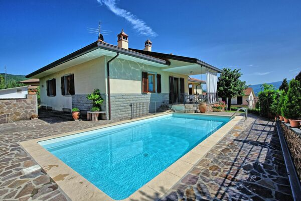 Villa Pratovecchio walk to town private pool tuscany