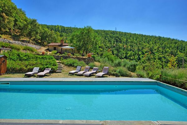Villa Tenuta Lonciano, sleeps 17, private pool, 10km Florence