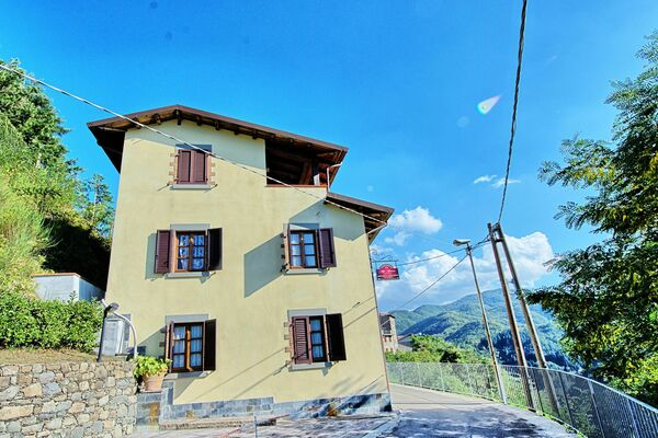 Mountain villa in town, Tuscany, Casa Castagnola