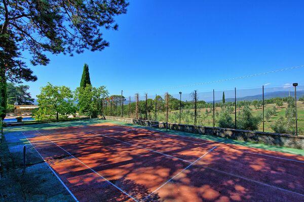 Villa Cuculo private tennis court