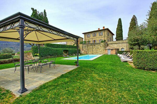 Villa Cerchi sleeps 12 private pool tuscany